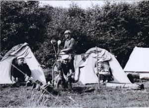 uczestnicy przed namiotami